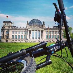 Commuting sightseeing & working in Berlin   Biking and working is so much fun. Especially when the weather is like this.  Auf dem Weg zur Arbeit mal etwas Sightseeing.   Biking ist so cool. Besonders wenn das Wetter wie heute ist.  #konstructivemoments #ridenow #ridewhatyouwant #webuildwhatyouwant #custombicycles  #mountainbike#revolutionsports#bikelife#allmountain#cyclinglife#mtb#igersberlin# #bikingberlin…