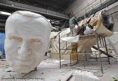 W hali Dozametu powstaje 14-metrowy pomnik papieża Jana Pawła II. Za wykonanie odpowiadają rzeźbiarze nowosolskiej firmy Malpol.