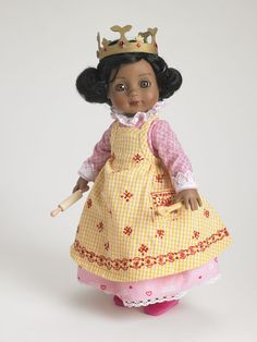 ©Mary Engelbreit Queen of Hearts 2007 Robert Tonner DRESSED DOLL T7-AEDD-05 LE400 Originally Sold For $99.99 Georgia wears a cotton print dress with trimmed cuffs under yellow cotton apron; includes tights, shoes, rolling pin, spoon and crown.