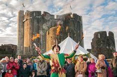 Le festival de Caerphilly Castle au Pays de Galles !   #alainntours #wales #paysdegalles #festival #caerphillycastle   © Visit Wales Visit Wales, Cymru, Caerphilly, Festivals, Medieval, Castle, Fire, Crown, Painting