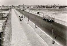 Klaprozenweg omstreeks 1952, met links op de achtergrond Buiksloot en daarnaast de St. Augustineskerk met ingang op de Kamperfoelieweg.