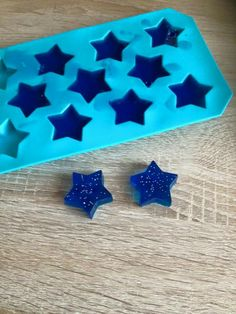 Bade-/Dusch-Jelly Selbstgemachte Bade Jellys für meinen Sohn aber auch als Idee für Muttertag oder Vatertag 3 Blatt Gelantine in circa 100-150 ml heißem Wasser auflösen, 3 EL Duschgel dazu ( ich hab das für Kinder aus dem Norma genommen, 0,99€ in rosa oder blau mit Glitzer) und dann in eine Silikonform füllen (zB Eiswürfelform Sterne, 1€ Tedi) und eine Stunde in den Kühlschrank. Kann man dann beim Baden benutzen