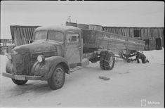 Suomalainen autonkuljettaja ajaa tarpeen tullen vaikka ilman pyöriä. Tämä kuorma-auto oli hiljakkoin 3000 kg rehukuormalla matkalla etulinjaan Itä-Karjalassa, kun jostain syystä vasen takapyörä irtosi. Neuvokas autonkuljettaja kiinnitti pyöräakseliin parrun ja vei kuormansa perille, jonne oli vielä 40 km matkaa. Samalla tavalla hän suoritti myöskin kotimatkansa 140km. 3 kpl parruja kului loppuun koko matkalla. (1942-01-16 SA-kuva) Vase, Finland, Antique Cars, Trucks, Antiques, Vehicles, Vintage Cars, Antiquities, Antique
