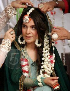 Kiran Khan TV host on her mehndi. Quirky Wedding, Desi Wedding, Wedding Henna, Floral Wedding, Bridal Mehndi Dresses, Wedding Dresses, Wedding Attire, Monsoon Wedding, Asian Inspired Wedding