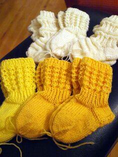 KARDEMUMMAN TALO: Kevyet syyspalmikkopipot Wool Socks, Knitting Socks, Baby Knitting, Knit Baby Dress, Knitted Baby Clothes, Knitting Videos, Knitting Projects, Baby Socks, Baby Girl Dresses