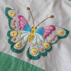 satin stitch flower with pisti Hand Embroidery Projects, Hand Embroidery Stitches, Crewel Embroidery, Hand Embroidery Designs, Embroidery Techniques, Embroidery Patterns, Machine Embroidery, Butterfly Embroidery, Silk Ribbon Embroidery