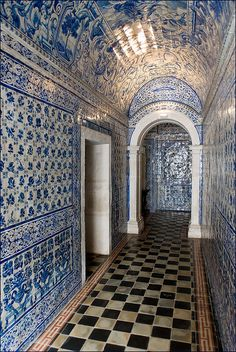 En prendre plein les yeux - Azulejos (blue tiles) at the chapel of the Convent d'Alcobaça, Portugal Delft, Blue Tiles, White Tiles, Portuguese Tiles, Spain And Portugal, Place Of Worship, Algarve, Mosaic Tiles, Architecture Details