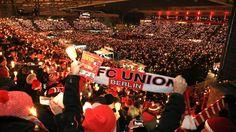 Heimeligkeit in Fußball-Stadien: Zehntausende singen Weihnachtslieder