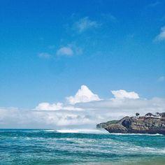 Bebatuannya mirip kura-kura yang bersiap renang ke laut.  Membentuk teluk tempat kapal berlabuh Drini.  #beach #drini #nature #nusantarakita #jelajahindonesia #wonderfulindonesia #thisisindonesia #livefolk #lingkarindonesia