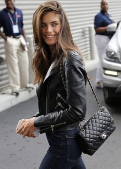 Stylish Chanel Purses ★ Cute Designer Handbags & Accessories Street Style Fashion Women's Women's Purses Leather Chanel Outfit, Chanel Boy Bag, Chanel Bags, Chanel Bag Classic, Black Chanel Purse, Chanel Chanel, Sara Sampaio, Looks Street Style, Street Look
