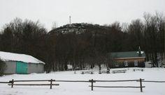 Mont Saint-Grégoire, Québec, décembre 2016 Saint Grégoire, Cabin, House Styles, Outdoor, Home Decor, Mountains, Outdoors, Decoration Home, Room Decor