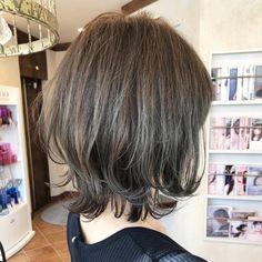 おばた もとし💇♀️ネオウルフ✂️大人ハイライト✨さんはInstagramを利用しています:「【大人ハイライトonモノトーンカラー💙💜🧡】 ・ 前回入れたハイライトを生かしてモノトーングレージュをon✨ ・ ハイライトが入っているから自然光での透明感が本当に綺麗😍 ・ カラーの色落ちの経過もとても重視しています。赤味、黄色味が出づらい色落ちなので色落ちも楽しめますよ🤔💫…」 Short Bob Styles, Medium Hair Styles, Long Hair Styles, Short Bob Hairstyles, Easy Hairstyles, Ulzzang Hair, I Like Your Hair, Hair Arrange, Japanese Hairstyle