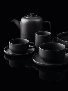 nero—➽ nigrum➽μαύρος➽black➽negro➽schwarz➽黑➽ أسود – Tableware Design 2020 Black Dinnerware, Boconcept, Happy Colors, Black Decor, Tea Set, Matte Black, Still Life, Monochrome, Black And White