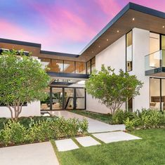 "Property Digest on Instagram: ""Exquisite Brentwood modern masterpiece set on nearly 1/2 an acre N. of Sunset. This sophisticated estate provides unparalleled privacy…"" Grey Exterior, House Paint Exterior, Exterior House Colors, Dining Room Feature Wall, Floating Staircase, Automatic Gate, Walk In Pantry, House Goals, House Painting"