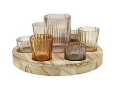 Ein stimmungsvolles Ambiente schaffen Sie in Ihrem Zuhause mit dieser dekorativen <b>Teelichtschale</b> in warmen Naturnuancen. Die Schale mit einem <b>Durchmesser</b> von ca. <b>24 cm </b>aus Paulowniaholz beinhaltet <b>7</b> unterschiedlich große <b>Teelichthalter</b> aus Glas. So verleihen Sie jedem Wohnraum eine gemütliche Atmosphäre. Passende Teelichter finden Sie in großer Auswahl in unserem Shop.