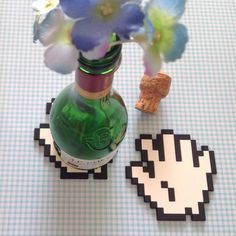 """""""Para deixar sua mesa linda e sem marquinha, porta copo, em silicone, 8 Bit Hand. Curtiu? """" - Loja finé - www.lojafine.com"""