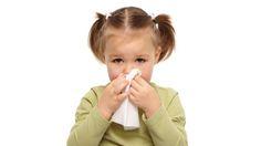 Auch gegen triefende Nasen ist ein Kraut gewachsen. Das Einatmen von ätherischen Ölen lässt Schniefnasen abheilen. Auch Nasenspülungen helfen bei verstopften Atemwegen. Wir informieren im Folgenden über die gängigsten Hausmittel gegen Schnupfen oder eine Erkältung.