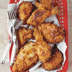 Perfect for National Fried Chicken Day! July Mama's Fried Chicken (from Southern Living Home Cooking Basics cookbook) There is truly something to marinating chicken in buttermilk before grilling, frying or baking. Cooking Fried Chicken, Fried Chicken Recipes, Cooked Chicken, Crispy Chicken, Chicken Gravy, How To Fry Chicken, Grilling Chicken, Chicken Meals, Chicken Chili