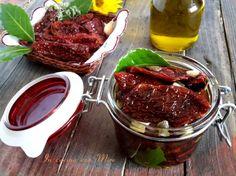 I pomodori secchi sottolio alla calabrese sono assolutamente da fare, profumo e sapore assolutamente da non perdere su crostini, primi, antipasti ecc..