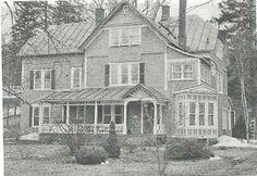 <p>Cette maison verte était l'hôtel Red Inn au début des années 1900. Aujourd'hui, c'est une résidence privée et des logements.</p>