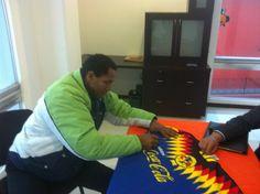 """Adrian Chávez firmando el jersey de la Temporada 1994-1995. """"Las Aguilas Negras"""" de Leo Benhakker."""