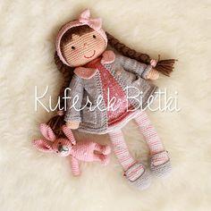 Dominika Gehäkelte Puppe und rosa Hase,  Die süße Puppe ist sehr weich und knuddlig. Das Gesicht wurde aufgestickt.  Ausgestopft mit Füllung Polyester. Die Kleidung ist abnehmbar. Sie hat eine...