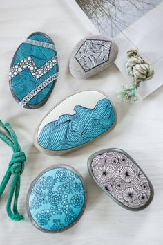 Steine bemalen - My list of the most creative garden decorations Pebble Painting, Dot Painting, Pebble Art, Stone Painting, Rock Painting Patterns, Rock Painting Designs, Paint Designs, Stone Crafts, Rock Crafts