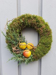 Bind deg en mosekrans; kransebinderkurs på 1-2-3   SkarpiHagen Xmas Wreaths, Advent, Holiday Decor, Interior, Furniture, Home Decor, Witch, Nature, Decoration Home