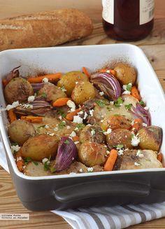 Chuletas de lomo de cerdo al horno con patatas, zanahorias baby y queso feta.