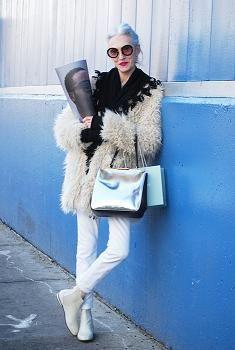 ホワイトスリムジーンズ×白い毛皮