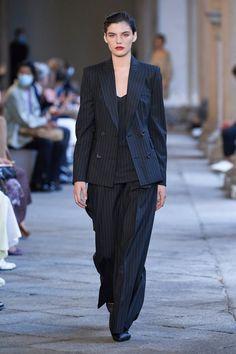 Max Mara, Fashion News, Runway Fashion, Fashion Show, Fashion Design, Fashion Hair, Fashion 2020, Women's Fashion, Vogue Paris