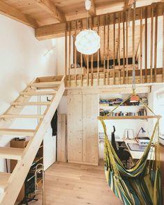 Entfellner | Marquartstein  Ein abenteuerliches Kinderzimmer befindet sich um Obergeschoss des Hauses. Es wurde spielerisch eingeteilt und nutzt somit den Platz der oft ungenutzten Dachschräge perfekt aus. Eine kleine Galerie die mit schmalen Holzlamellen als Geländer verkleidet wurde bietet einen Schlafbereich. Maßgefertigte Holzmöbel geben dem Raum ein einheitliches und wohliges Erscheinungsbild. Wer hätte nicht gerne so ein Kinderzimmer? . . .. . . #wood #house #architecture…