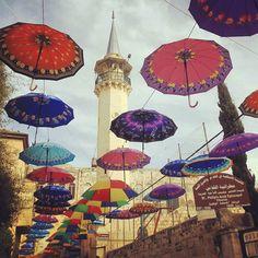 Paraguas adornan una calle de la ciudad palestina de Nablus. #Palestina #paraguas by todonoticias
