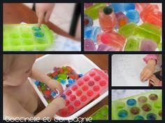 Bac sensoriel avec des glacons colores