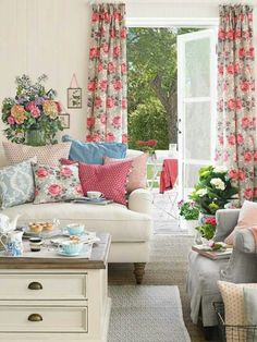 Design Your House in the Gilmore Girls Style – Home Decoration Cottage Living Rooms, Coastal Living Rooms, Cottage Interiors, Home Living Room, Living Room Decor, Country House Interior, Country Homes, Interiors Magazine, Floral Curtains