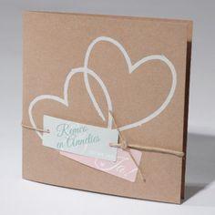 Trouwkaart Trendy vierkante trouwkaart met bruin eco karton met touwtje, labeltjes en 2 hartjes.