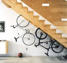 Велосипед под лестницей.