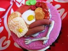 """What an awesomely detailed creation! """"Full English Breakfast"""" Cupcakes. #breakfast #cake #cupcakes #food #dessert #baking #decorated #English #British"""
