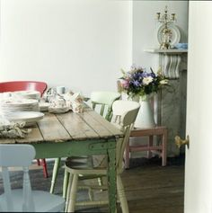 40 Unique Ways To Refresh Your Dining Room With Multicolored Chairs - Modern Home Design Cocina Shabby Chic, Shabby Chic Kitchen, Painted Chairs, Painted Furniture, Painted Wood, Cath Kidston Home, Urban Rooms, Muebles Living, Country Dining Rooms