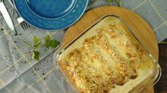 Receta con instrucciones en video: Imposible superar la cremosidad y el sabor de estos Canelones Gratinados  Ingredientes: Para los crepes:, 125 gr. de harina 000, 250 ml. de leche, 2 huevos, 25 gr. de manteca derretida, 20 gr. de tomillo fresco, Sal, Para el relleno:, 2 muslos de pollo, 1 cebolla morada, 1 atado de espinacas, Ajo, 100 gr. de hongos, 300 ml. de crema, 2 cubos de caldo de carne, 200 gr. de queso crema, 100 gr. de queso parmesano rallado, ¼  taza de harina