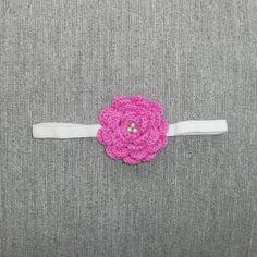 Headband para bebê feita em elástico, com flor de crochê e miolo de pérola. <br> <br>Tamanho indicado: 6 a 9 meses.
