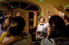 Novio actuando como Dj animando la fiesta posterior a su banquete de boda.