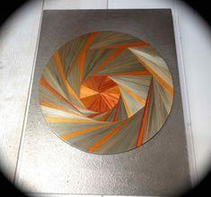 Décoration murale réalisée avec une spirale de marqueterie de paille