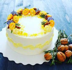 Морковный тортик,  для семейного чаепития ☕ , мне вот такое украшение кажется идеальным для морковного торта - кумкват, орехи,  розмарин