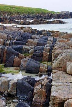 North Uist, es una de las islas que forman las Hébridas Exteriores. Tiene gran parte de su territorio cubierto por agua y en los lagos que se forman se mezcla agua dulce y agua salada.  Si te acercas hasta Hosta Beach, puedes relajarte entre formaciones rocosas tan peculiares como estas.  ¡No dejes de viajar!