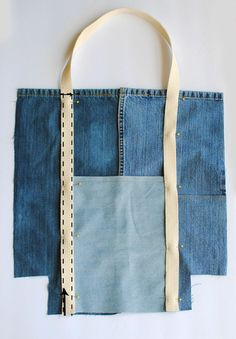 DIY sewing tutorial on how to upcycle jeans into a tote bag. Go green and refashion those old jeans into a trendy reusable bag that can be used as for groceries to an everyday tote. Jean Crafts, Denim Crafts, Upcycled Crafts, Denim Tote Bags, Recycled Denim, Fabric Bags, Sewing Projects For Beginners, Diy Projects, Bag Making
