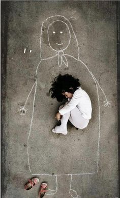 HOW is my mother Image by an Iraqi artist taken in an orphanage. This little girl has never seen her mother, so she drew a mom on the ground and fell asleep with her. <--- being like a mother to a girl like this is a dream Poesia Visual, Jolie Photo, Black And White Photography, How To Fall Asleep, Illustration, Little Girls, Art Photography, Sad Girl Photography, Poverty Photography