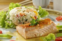 Salmão ao molho de maracujá com risoto de camarão Fish Recipes, Seafood Recipes, Gourmet Recipes, Cooking Recipes, Healthy Recipes, Food N, Good Food, Food And Drink, Yummy Food