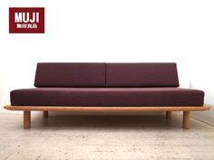 無印良品ならではのシンプルソファベッド。ダークブラウンと木のバランスが落ち着く印象です。