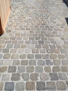 garten pflaster Our beautifully laid cobblestones can be admired here … - Hof Ideen Cobblestone Driveway, Driveway Paving, Driveway Design, Garden Paving, Garden Paths, Brick Pavers, Home Landscaping, Front Yard Landscaping, Back Gardens